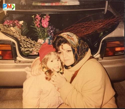 عکس کودکی آوا دارویت در کنار مادرش