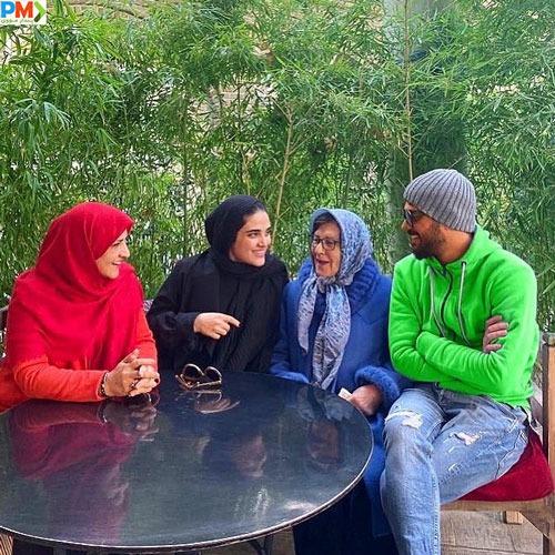 سینا مهراد همراه با مادربزرگ و مادرش و خواهرش