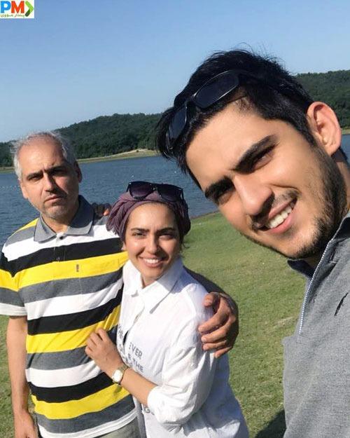 مونا کرمی به همراه پدر و برادرش مجید